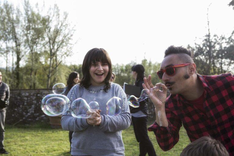 FAST Italia - Fondazione Sindrome di Angelman - Martina e bolle di sapone